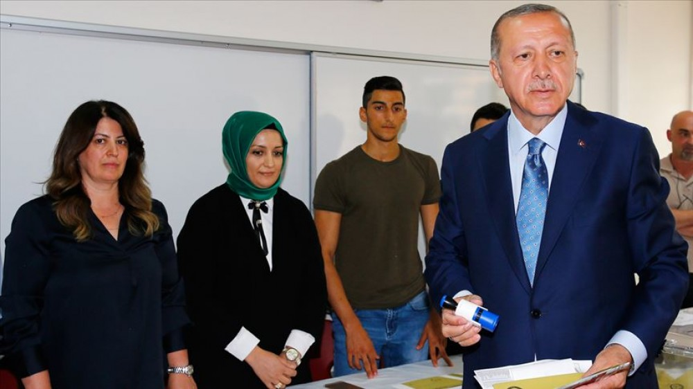 Türkiyə Prezidenti Rəcəb Tayyib Ərdoğan İstanbulda səs verib